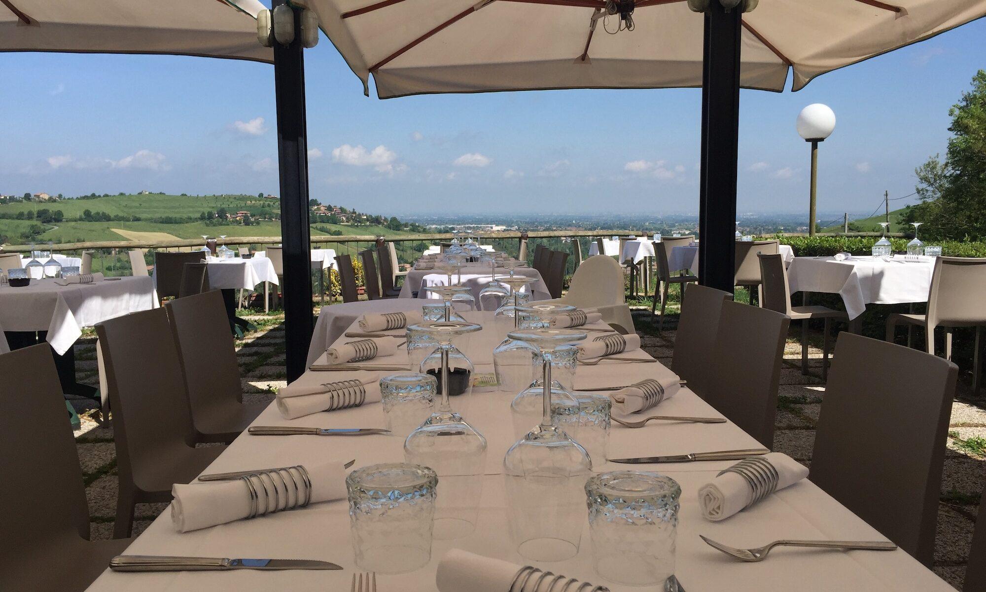 pranza con i clienti sulla terrazza